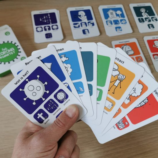 Non-profit Corona Kwartet kaartspel in handen tijdens spel