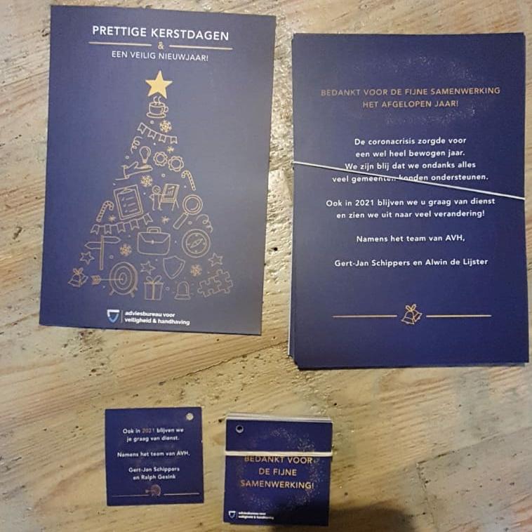 Foto van de gedrukte kerstkaarten en wijnlabels ontworpen door Sandra Mesman voor Adviesbureau voor Veiligheid en Handhaving